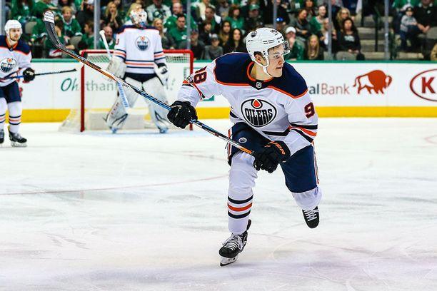 Jesse Puljujärvelle annetaan aikaa Edmontonissa.