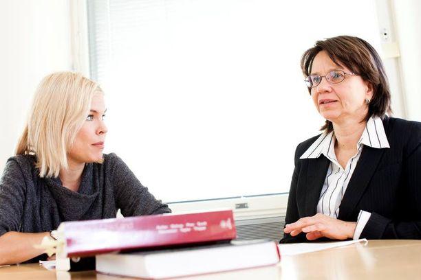 Taina Laajasalo (vas.) ja Eeva Aronen tutkivat vuonna 2015 tunnekylmien piirteiden esiintyvyyttä suomalaisilla yhdeksäsluokkalaisilla. Kyselytutkimukseen vastasi lähes 5000 nuorta. Tulokset myötäilivät kansainvälisiä tutkimuksia, mutta eräs yksityiskohta yllätti. -Unen vähäinen määrä ja huono laatu näyttivät olevan selvästi yhteydessä tunnekylmiin piirteisiin, Aronen kertoo.