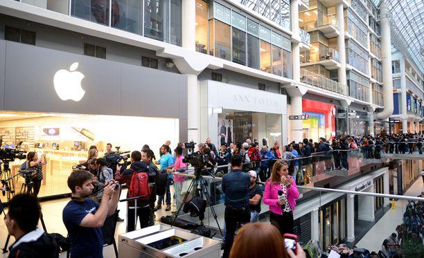 Kanadan Toronton Eaton Centressä Apple Storen avaamista odottaneet ihmiset saivat jonottaa sisätiloissa.
