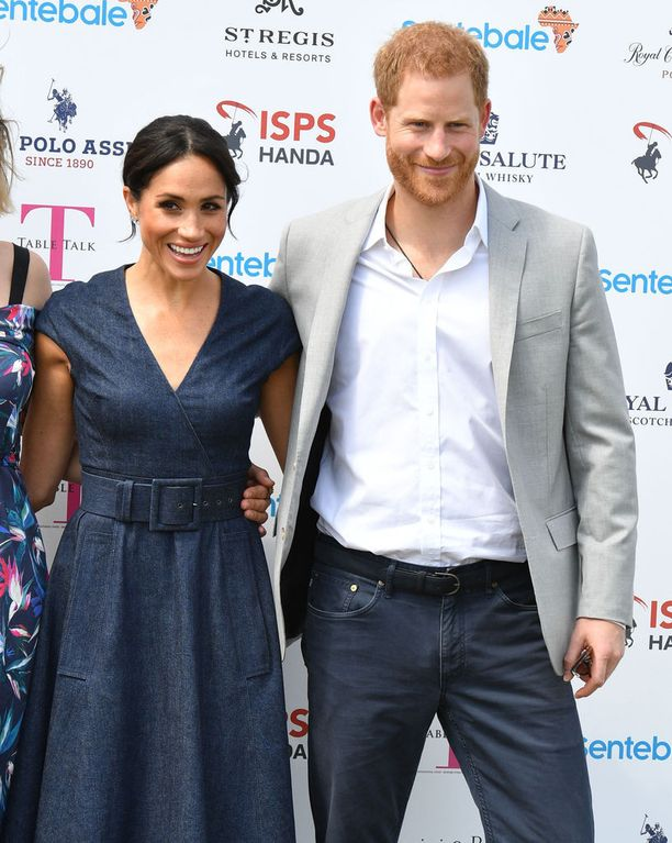Meghan edusti 50-lukua henkivässä mekossa. Harry vaihtoi punaisen maton jälkeen puvun pelipaitaan.