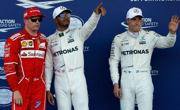 Kimi Räikkönen hämmästeli Lewis Hamiltonin kanssa britin 66. paalupaikkaa. Valtteri Bottas oikealla.
