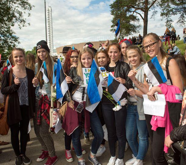 Virosta bändiä katsomaan tullut tyttöporukka kertoo matkustaneensa paikan päälle 20 hengen voimin. -Parasta olisi, jos he huomaisivat meidät, virolainen Grete toteaa tyttöporukan puolesta.