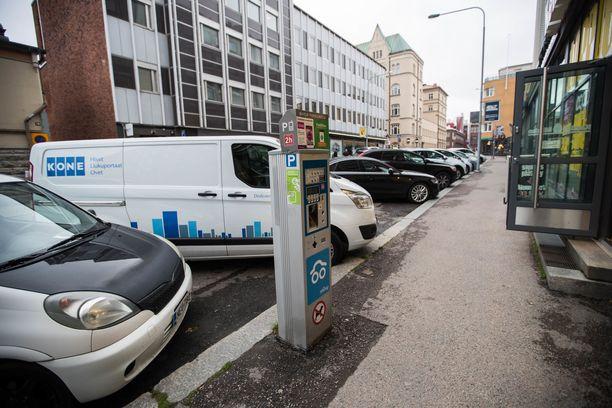 Tämä Tampereen Kauppahallin kohdalla Hallituskadulla oleva pysäköintiautomaatti on ykkösvyöhykkeen automaatti.