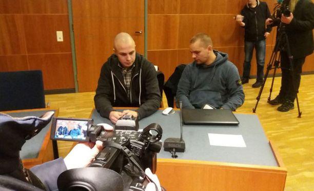 Asema-aukion pahoinpitelystä tuomittu Jesse Torniainen (oik.) ja PVL:n jäsen Tomi Tiihonen oikeudessa torstaina.