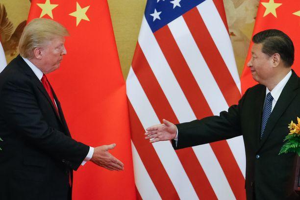 Donald Trumpin (vas.) presidenttikaudella teknologiayhtiö Nokia on noussut Yhdysvaltain ja Suomen kahdenvälisten suhteiden keskiöön. Vielä vuosikymmen sitten Suomen hallitus pyrki edistämään Nokian liiketoimia Kiinassa, jota johtaa diktaattorin asemaan itsensä kohottanut presidentti Xi Jinping (oik.).