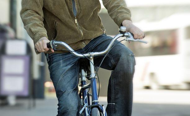 Pyörällä liikkunut mies iski puolustuskyvyttömän uhrin kimppuun. Kuvituskuva ei liity tapahtumiin.