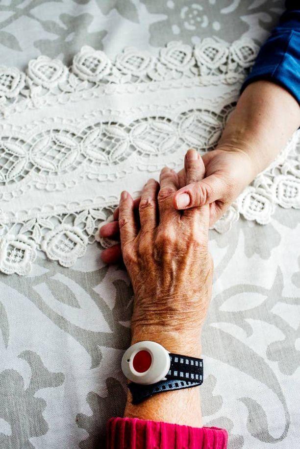 Liian moni vanhus kotiutetaan sairaalasta ilman, että hänellä on ketään vastassa tai että edes kukaan olisi tulossa pitämään huolta.
