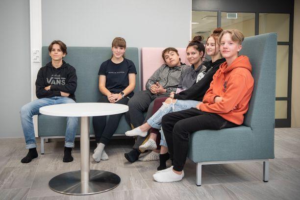 Yläkoululaiset Antti Nurkkala, Minttu Sandvik, Alvin Törnqvist, Julia Heinäaho, Wilhelmiina Näränen ja Jesse Ristola pohtivat Iltalehdelle nuorten hyvinvointia.
