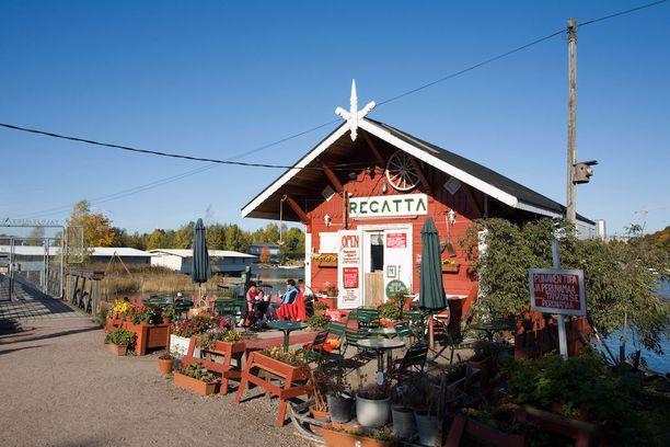 Cafe Regatta on Helsingin omalaatuisimpia kahviloita. Sen pihalla onnistuu jopa nuotiomakkaroiden paistaminen.