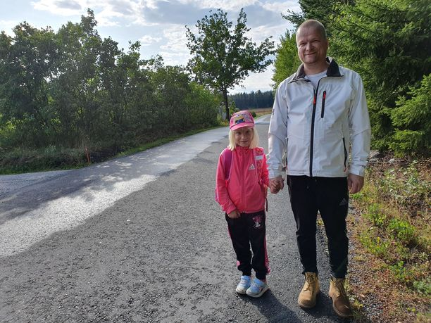 Hans Huttunen pitää kotitalonsa vierestä kulkevaa Vanhanunnantietä vaarallisena pienille koululaisille. Hän ei halua, että toiselle luokalle menevä Heidi-tytär kävelee kouluun kapeaa ja mutkaista tietä pitkin.