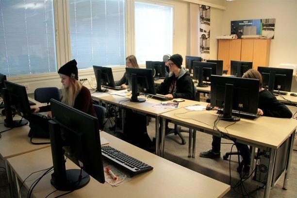 Myös koulukuljetus on lukion opiskelijoille maksutonta. Kuva atk-luokasta.