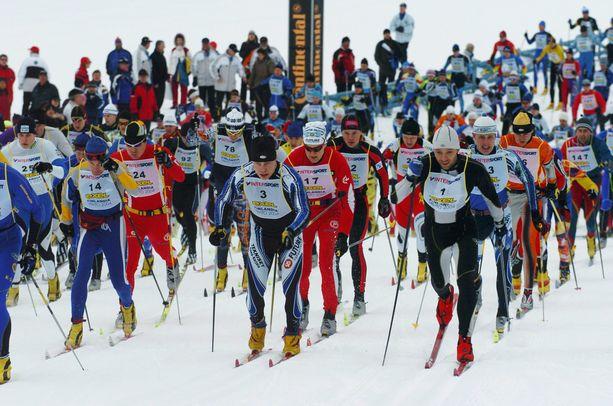 Finlandia-hiihto kilpailtiin yhtäjaksoisesti vuodesta 1974 lähtien ennen tämän vuoden peruutusta. Kuva vuoden 2004 kisasta, kun Mika Myllyläkin (edessä oik.) oli mukana ja voitti kisan.