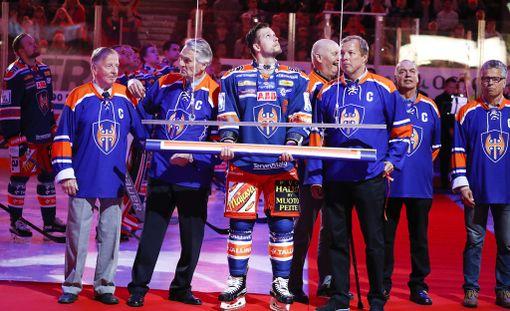 Tapparan mestaruusviiri nostettiin Hakametsän jäähallin kattoon ennen tiistain matsia.