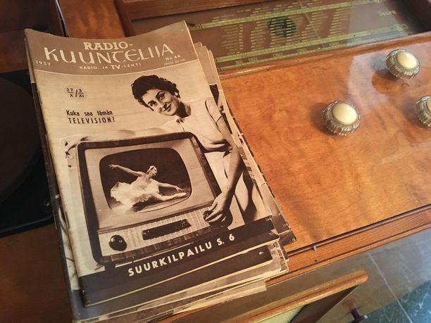 Kun radiota kuunneltiin paljon ennen televisioiden yleistymistä. Ohjelmatiedot saatiin lehdestä.