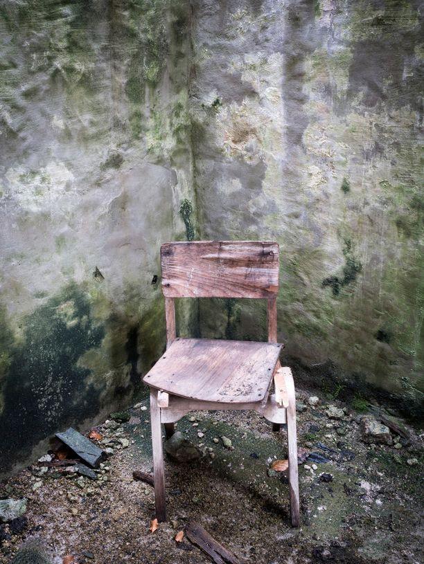Hylättyyn latoon on jäänyt rapistuva tuoli. Kuva otettu Skotlannin Ylämailla Alnessin lähellä.