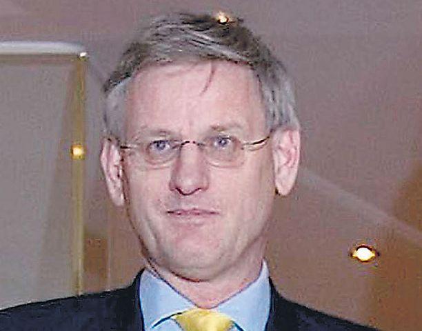 Ruotsin ulkoministeri Carl Bildt saapuu maanantaina Ilkka Kanervan vieraaksi selittämään, miksi opposition sallittiin kaataa Ruotsin meno Naton NRF-joukkoihin Suomen rinnalle. Suomen demarit tukivat hallitusta.