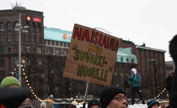 Lauantaina oli vastamielenosoitus Naisrauhaa, ei rasismia! Kansallisteatterin edessä Helsingissä.