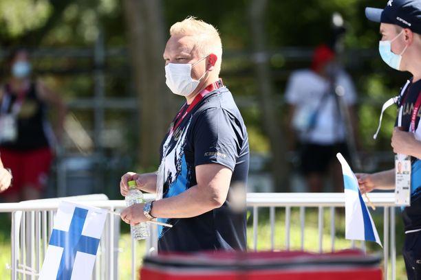 Urheiluasioista vastaava ministeri Antti Kurvinen nautti olympiatunnelmasta perjantaina Tokion kisojen jousiammuntapaikalla.