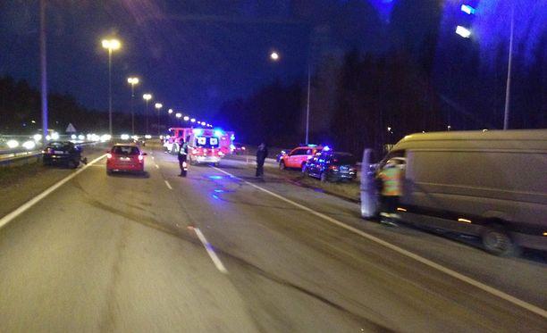 Neljä autoa kolaroi vähän ennen aamuseitsemää.