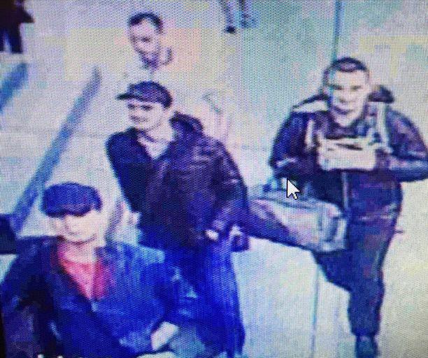 Lentokentyän valvontakamera tallensi iskusta epäillyt miehet hieman ennen pommien räjähdystä Istanbulin lentokentällä.