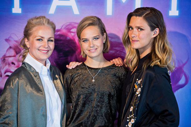 Kuvassa ohjaaja Zaida Bergroth sekä elokuvan päänäyttelijät Sonja Kuittinen ja Krista Kosonen.
