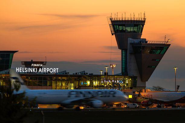 Lämpimän ilman sunnuntaiaamuksi nostattama sankka sumu vaikutti myös Helsinki-Vantaan lentoaseman toimintaan (arkistokuva).