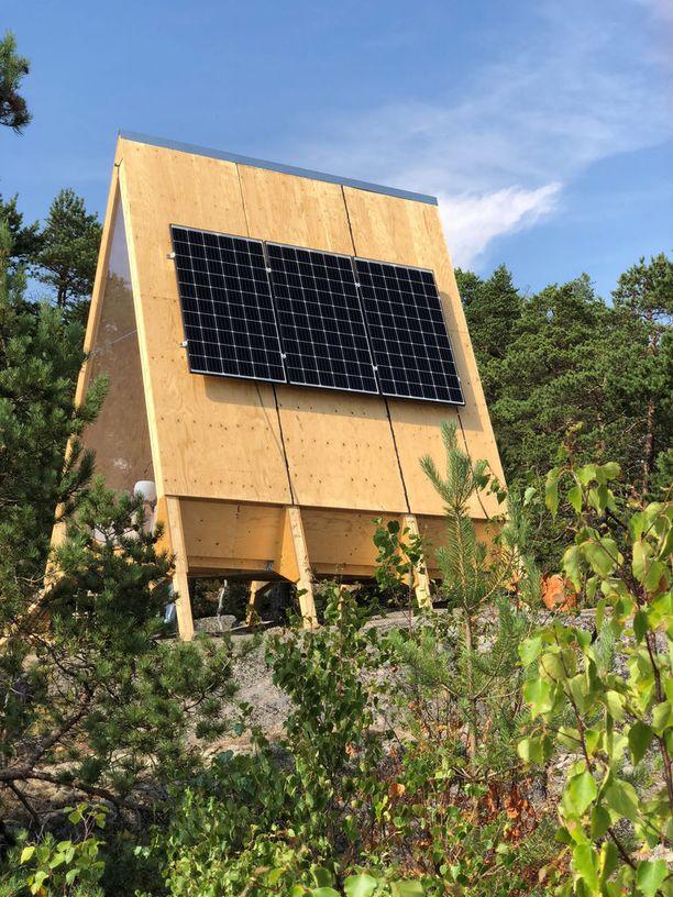 Fortumin aurinkopaneelijärjestelmä tuottaa Nolla-mökillä tarvittavan sähkön.