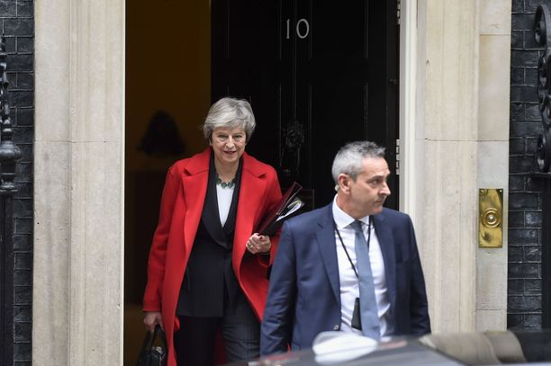 Theresa May nousi pääministeriksi vuonna 2016, kun hänen edeltäjänsä David Cameron erosi brexit-äänestyksen tuloksen vuoksi. Cameron oli itse keksinyt äänestyksen vaalilupauksenaan.