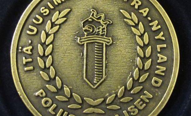 Mitali voidaan poliisipäällikön harkinnan mukaan myöntää ja luovuttaa yksityishenkilölle tai virkamiehelle ansiokkaasta toiminnasta.