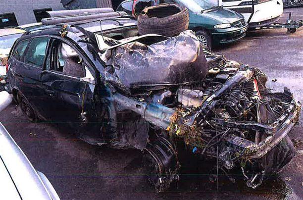 Kuin ihmeen kaupalla kukaan autossa olleista ei menehtynyt.