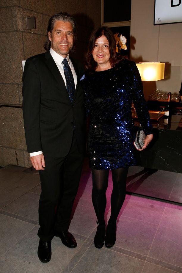 Sari Sarkomaa saapui nauttimaan oopperasta yhdessä miehensä Kim Ruokosen kanssa.