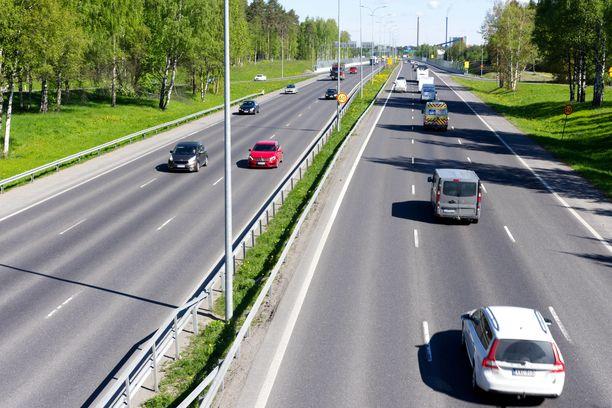 Valtatiellä 9 tapahtui liikenneonnettomuus kahden henkilöauton ja eläimiä kuljettaneen rekan välillä. Kuvan tie ei liity onnettomuuteen.