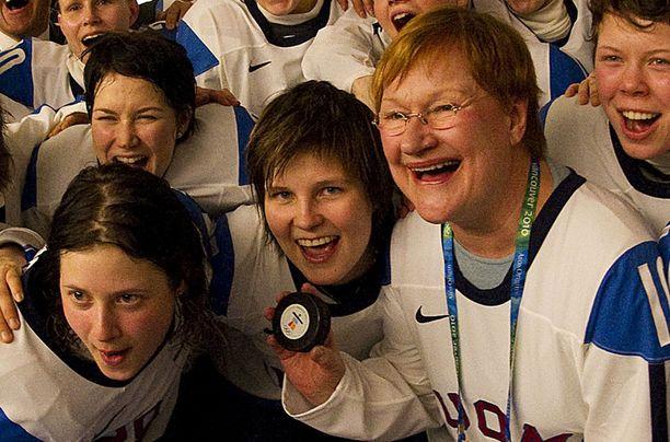 Presidentti Tarja Halonen juhli naarasleijonien kanssa.