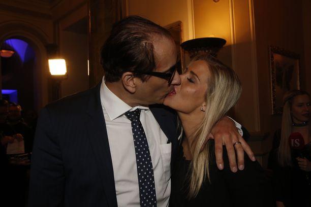 Heikki Lampela on ollut kohujulkisuuden pyörityksessä parisuhteidensa tiimoilta. Kuvassa Lampela on Hanna Kärpäsen kanssa.