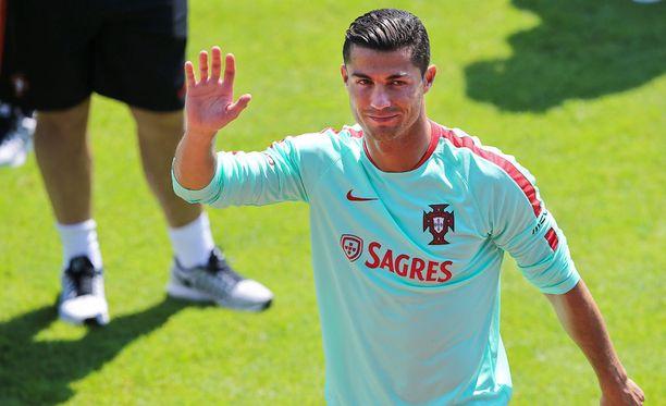 Cristiano Ronaldo heilutteli Portugalin harjoituksissa perjantaina.