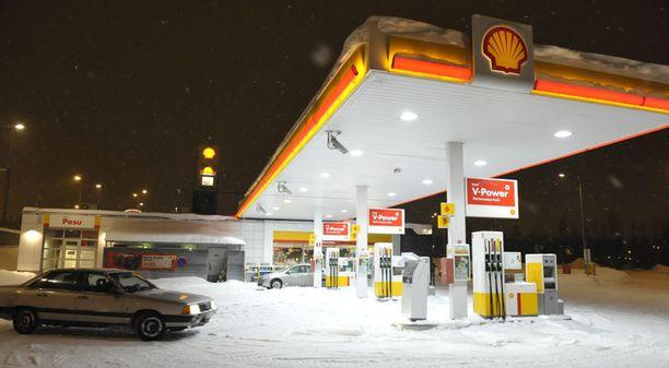 KOHDE Esimiesasemassa ollut mies anasti entisen työnantajansa Pukinmäen Shellin varoja useiden kuukausien ajan. Poliisin alettua selvittää asiaa mies palasi naamioituneena peittämään jälkensä.