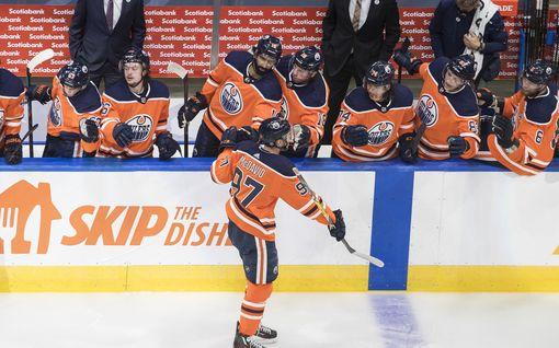 NHL:n supertähti Connor McDavid täysin pitelemätön, mätti hattutempun – suomalaispuolustaja onnistui myös maalinteossa