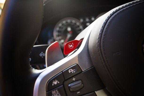 Ohjauspyörästä löytyy kaksi pikavalintapainiketta ajoasetuksille. Toiseen voi asettaa esimerkiksi mahdollisimman mukavat asetukset, toiseen täysin takavetoisen mahdollisimman raa'an ajotilan.
