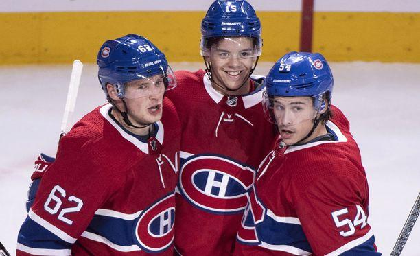 Jesperi Kotkaniemi osui ensi kertaa Canadiensissa. Onnittelemassa vieressä Artturi Lehkonen (numero 62) ja Charles Hudon (54).