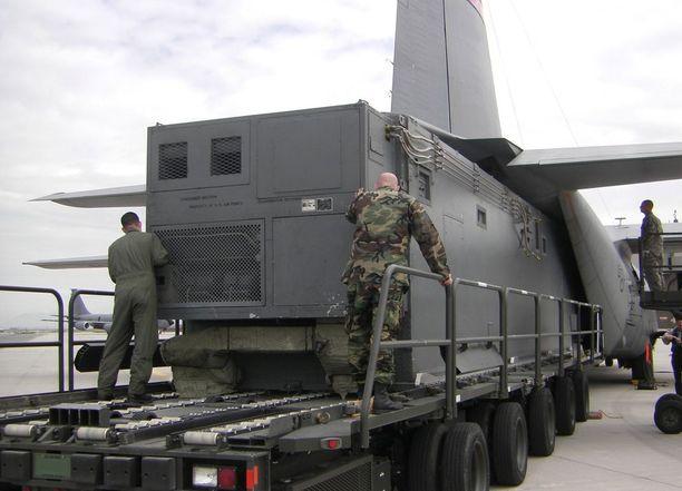 Suomen sotilastiedustelun kuvatarjonta on niukkaa. Tässä kuvassa on amerikkalainen signaalitiedustelun laitekontti Dragon Shield, jota ahdetaan Hercules-kuljetuskoneeseen. Suomi on hankkinut vastaavan tyyppisen kontin sekä maajärjestelmät muutama vuosi sitten.