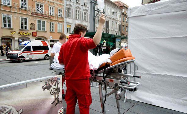 Pelastushenkilökuntaa hoitamassa loukkaantuneita.