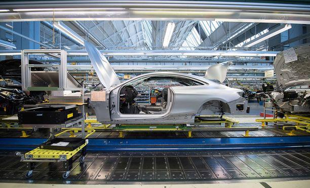 Trump haluaa selvittää, voiko tuontiautoille langettaa 25 prosentin lisäveron. Kuvassa Mercedes-Benzin S-mallin valmistusta Sakassa Sindelfingenin tehtaalla.