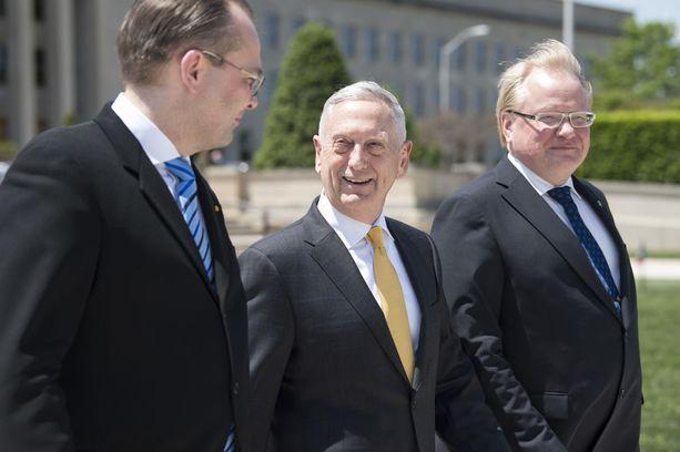 Niinistö, Mattis ja Hultqvist viihtyivät kuvista päätellen toistensa seurassa.