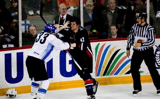 NHL-korsto rökitti Anssi Salmelan kasvot verille - IIHF muisteli historiallisen raisun MM-matsin loppuhetkiä