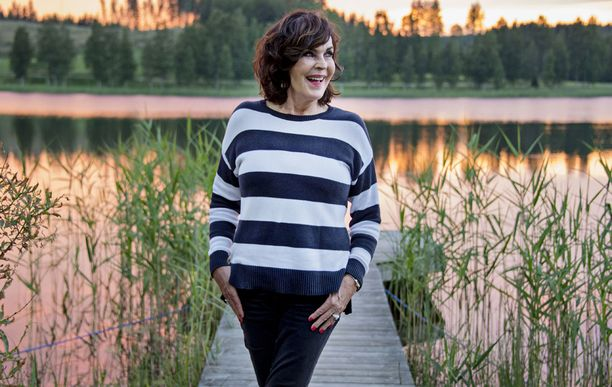 Paula Koivuniemi kiinnitti katseensa keikkansa turvallisuudesta vastaavaan järjestysmieheen.