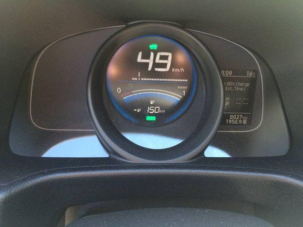 Sähköauton jäljellä olevasta toimintamatkasta kertova mittari tulee tutuksi. Toinen tärkeä apuväline oli Elmon älypuhelinsovellus, joka neuvoo seuraavalle latauspisteelle.