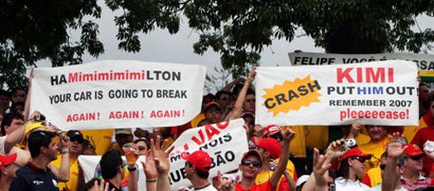 Massa-fanit toivoivat Räikköseltä apua Hamiltonin matkan katkaisemiseksi Interlagosissa.