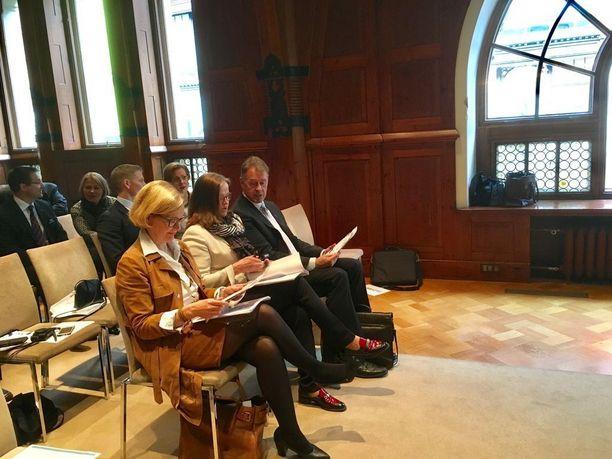 Poliisiylijohtaja Seppo Kolehmainen (oik.) osallistui torstaina sisäisen turvallisuuden strategian julkistamista koskevaan tiedotustilaisuuteen.