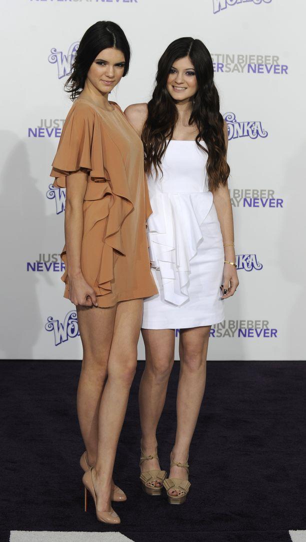 Kylie Jenner ikuistettuna vuonna 2011 siskonsa Kendallin kanssa.