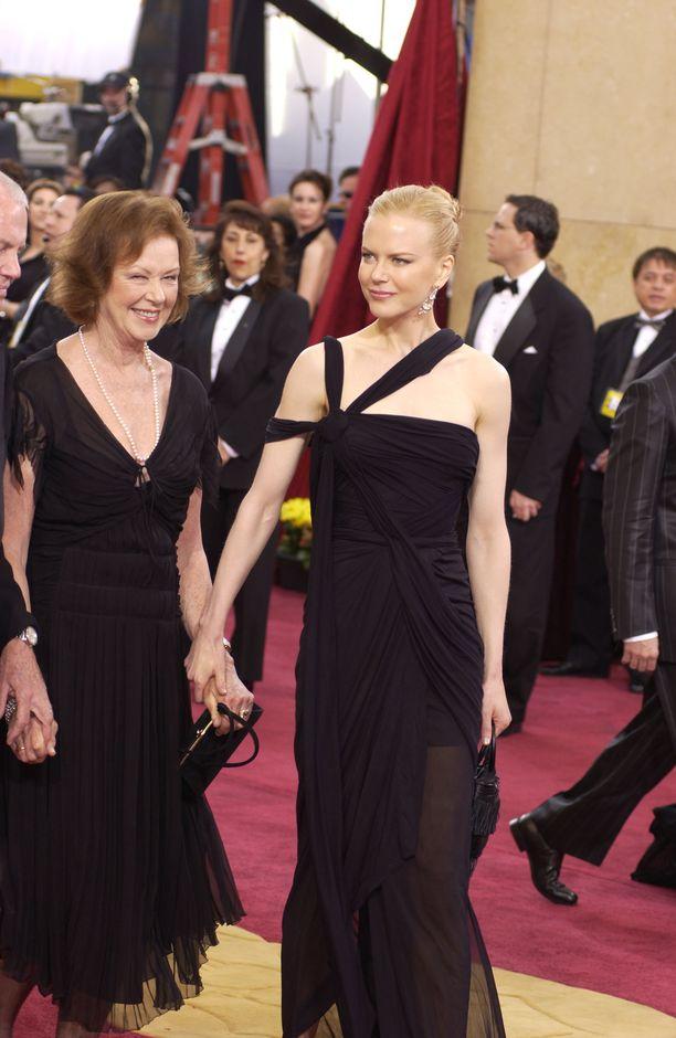Nicole Kidman otti Oscar-gaalaan seuralaisekseen äitinsä. Kuva vuodelta 2003.